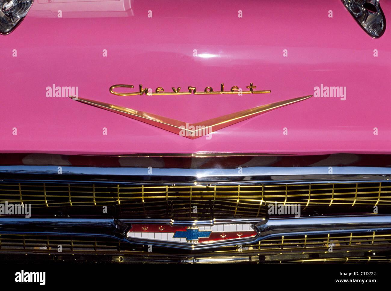Un primo piano di una rosa del cofano per automobile (cofano) con l'insignias e marchio di una classica vettura Immagini Stock
