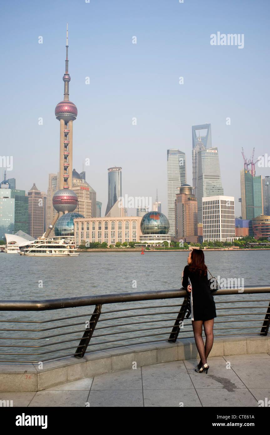 Vista del paesaggio urbano del quartiere finanziario di Pudong di Shanghai in Cina Immagini Stock