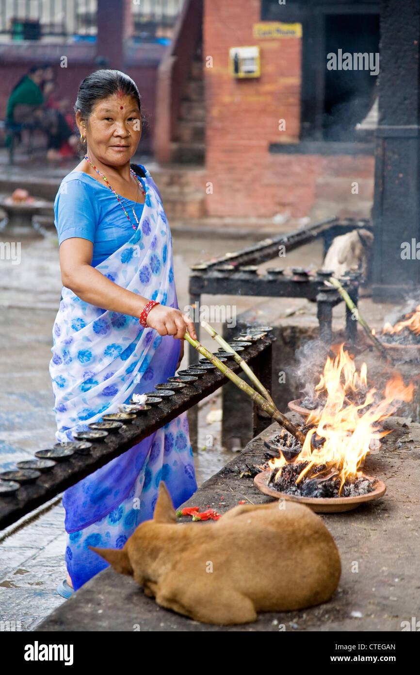 Una bella donna Indù nella città di Patan appena fuori da Kathmandu in Nepal Immagini Stock