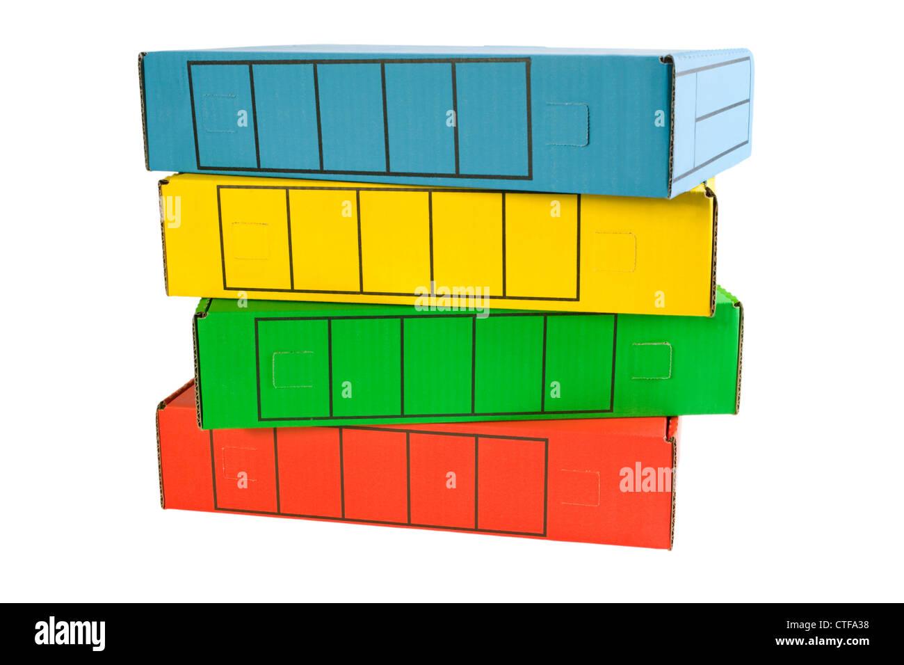 Una pila di scatole di archivio in colori luminosi. Tracciato di ritaglio Immagini Stock