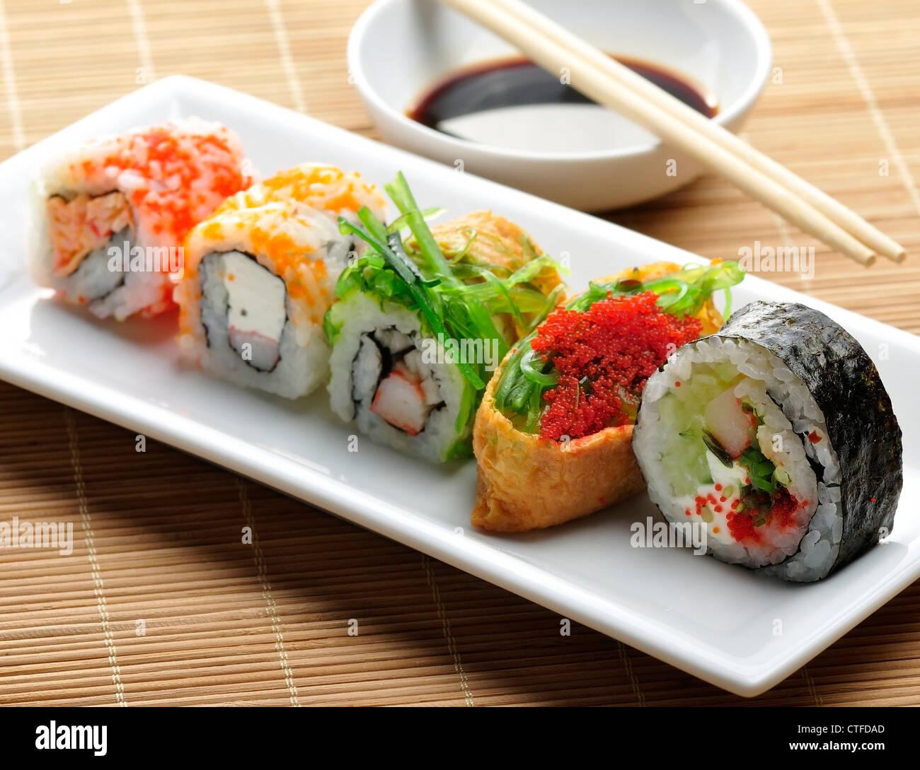 Assortimento di sushi sul piatto bianco Immagini Stock