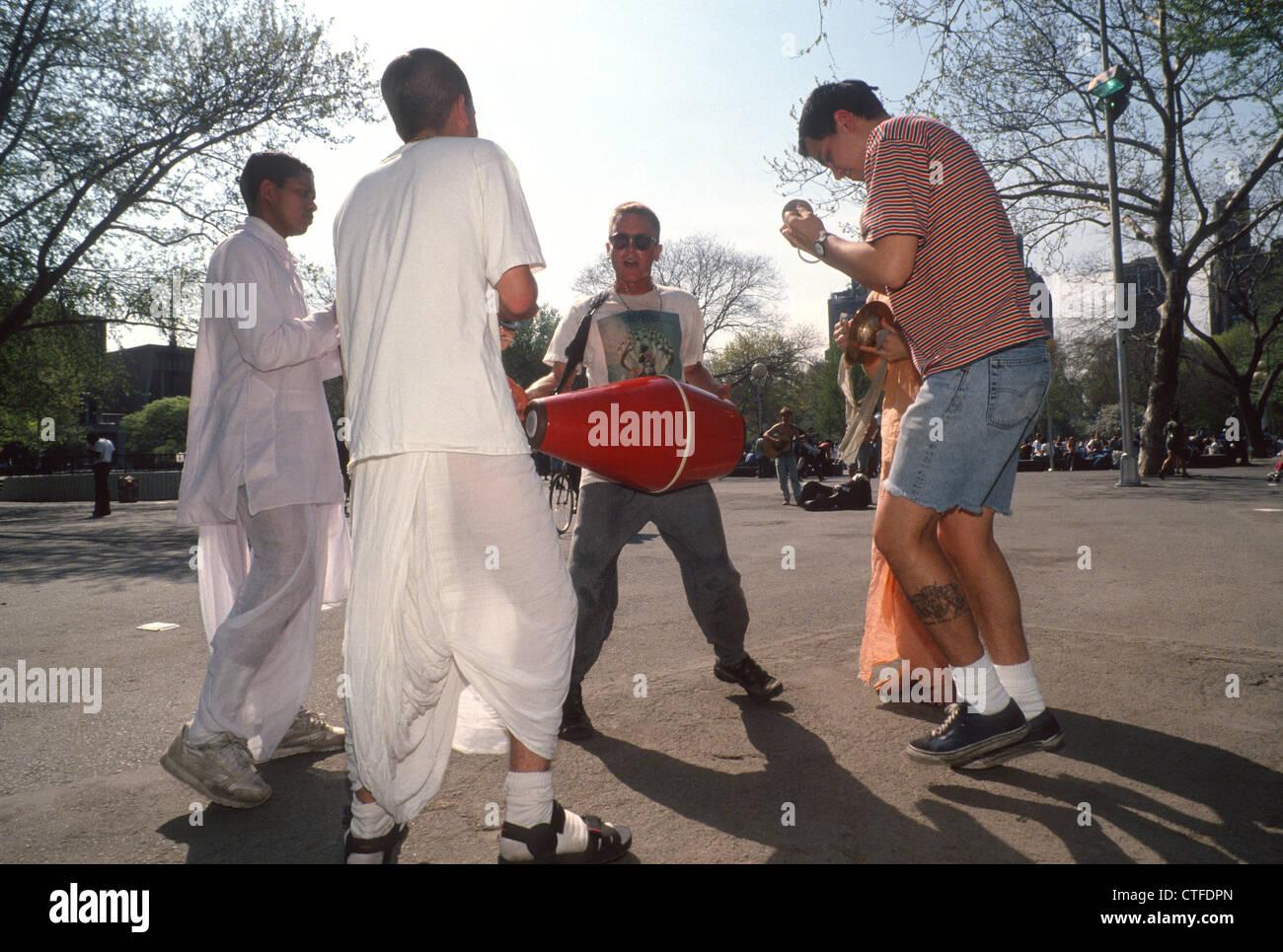 New York, NY - Uomo ballando con Hare Krishna in Washington Square Park Foto Stock