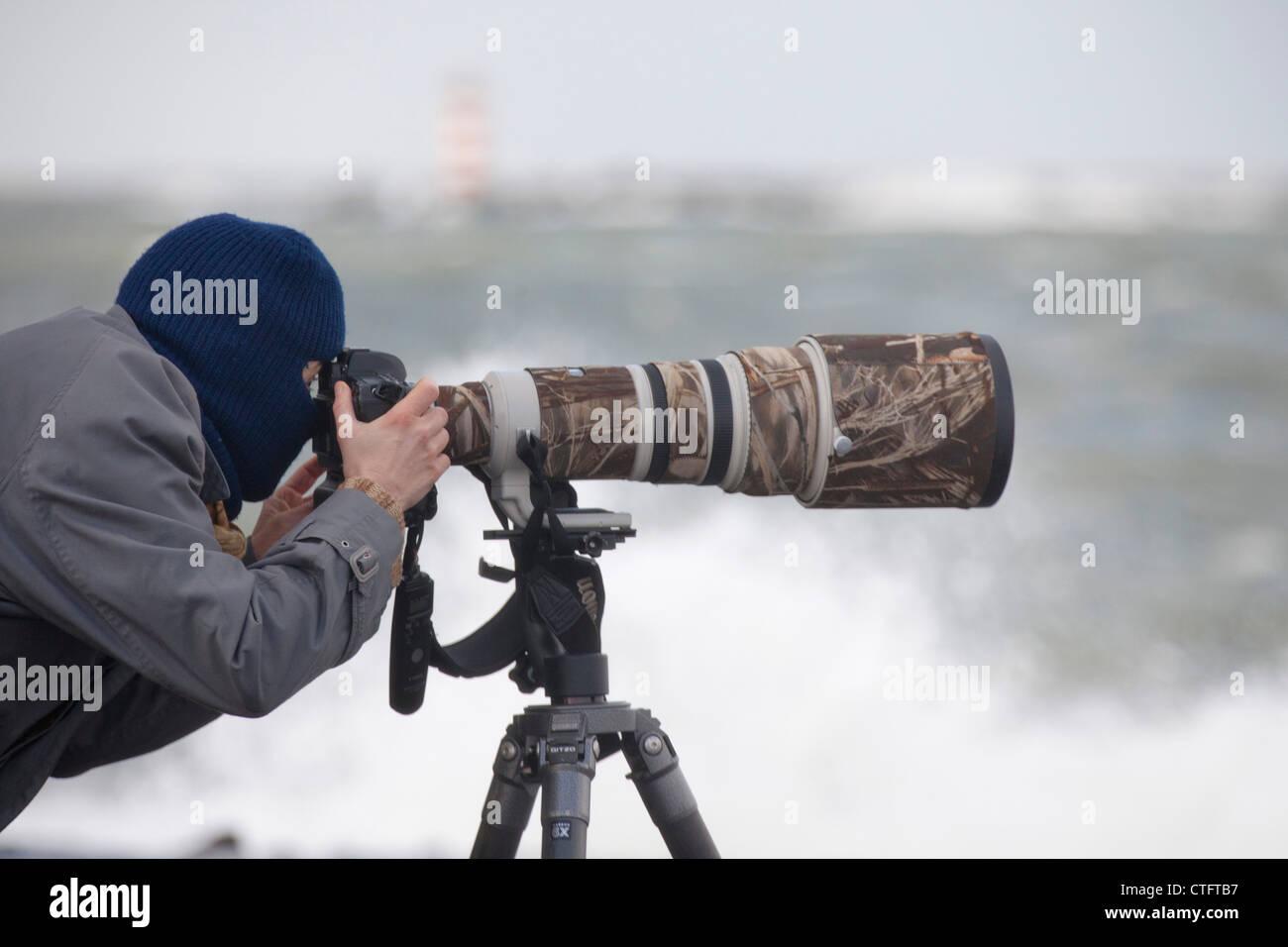 I Paesi Bassi, IJmuiden, fotografo Marjolijn van Steeden sul molo durante la tempesta. Immagini Stock