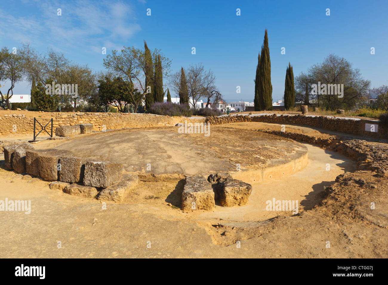 Mausoleo di circolare nella necropoli romana del complesso archeologico, Carmona, provincia di Siviglia, Spagna. Immagini Stock
