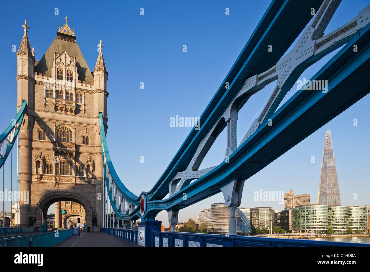 Inghilterra, Londra, Southwark, il Tower Bridge e la Shard Foto Stock