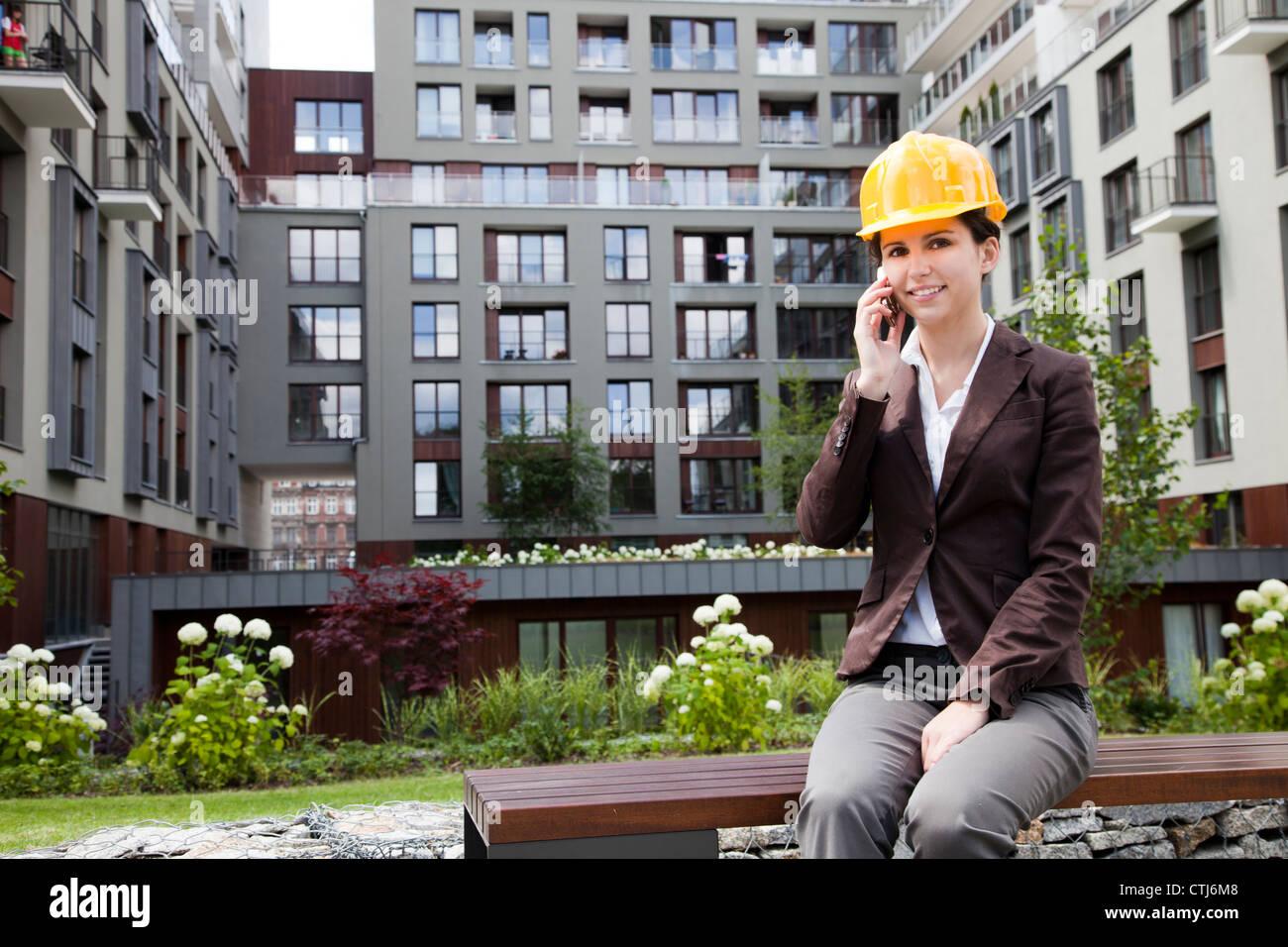 Femmina e giovane ingegnere di costruzione Immagini Stock