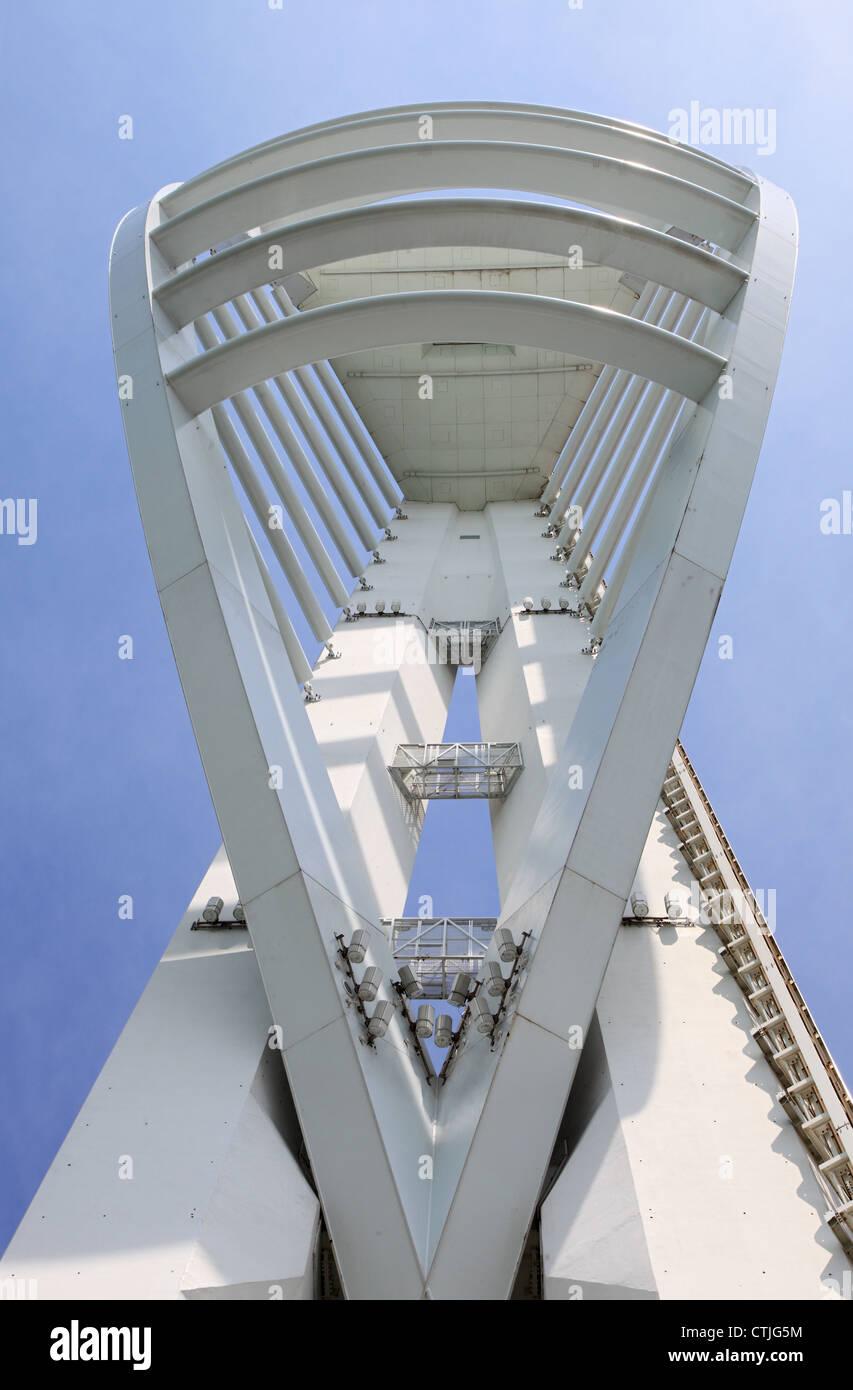 Spinnaker Tower visto da sotto al Gunwharf Quays Portsmouth Inghilterra REGNO UNITO Immagini Stock