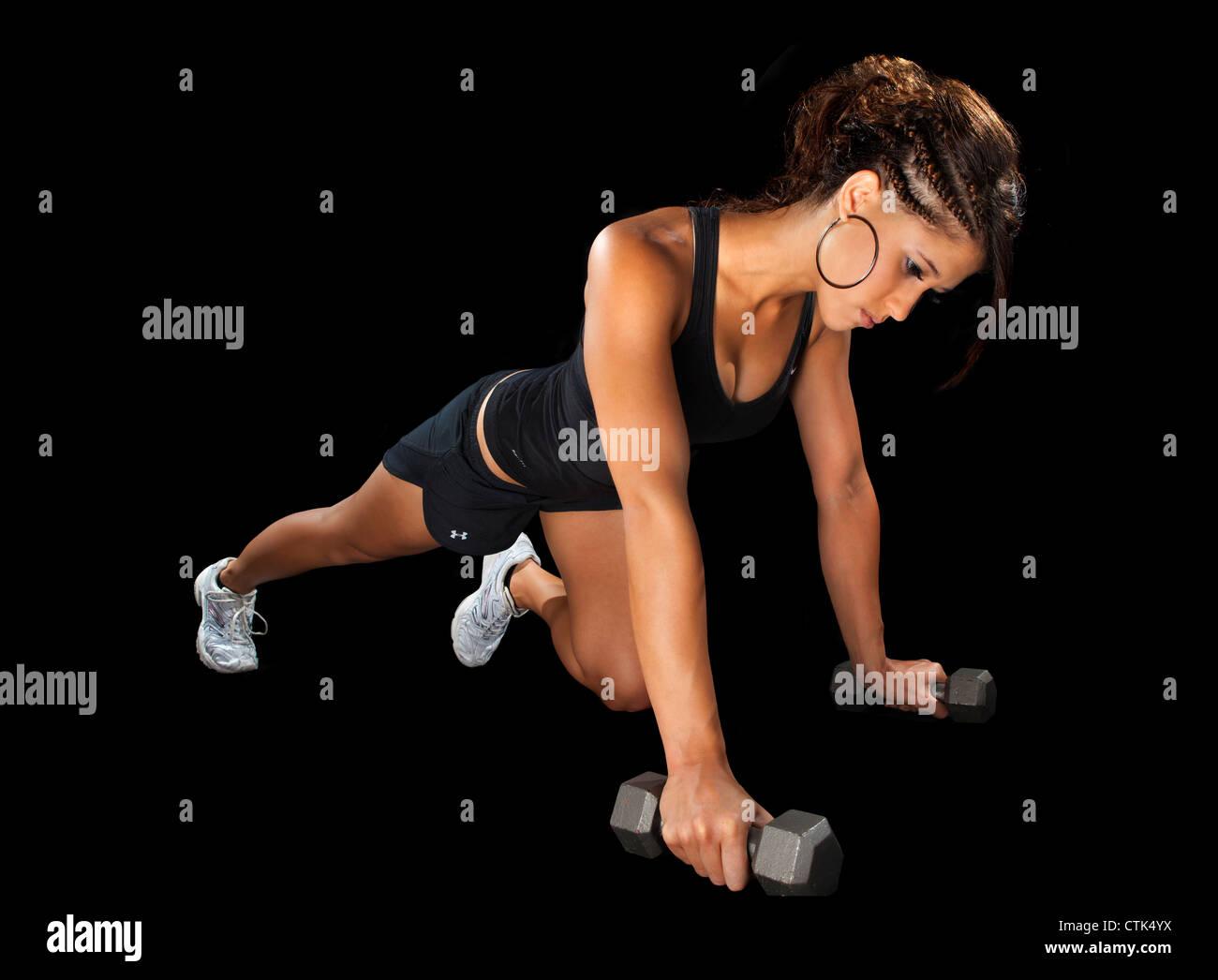 Esercizio ballerino fitness facendo premere su esercizio con pesi modello sport su sfondo nero studio illuminazione. Immagini Stock