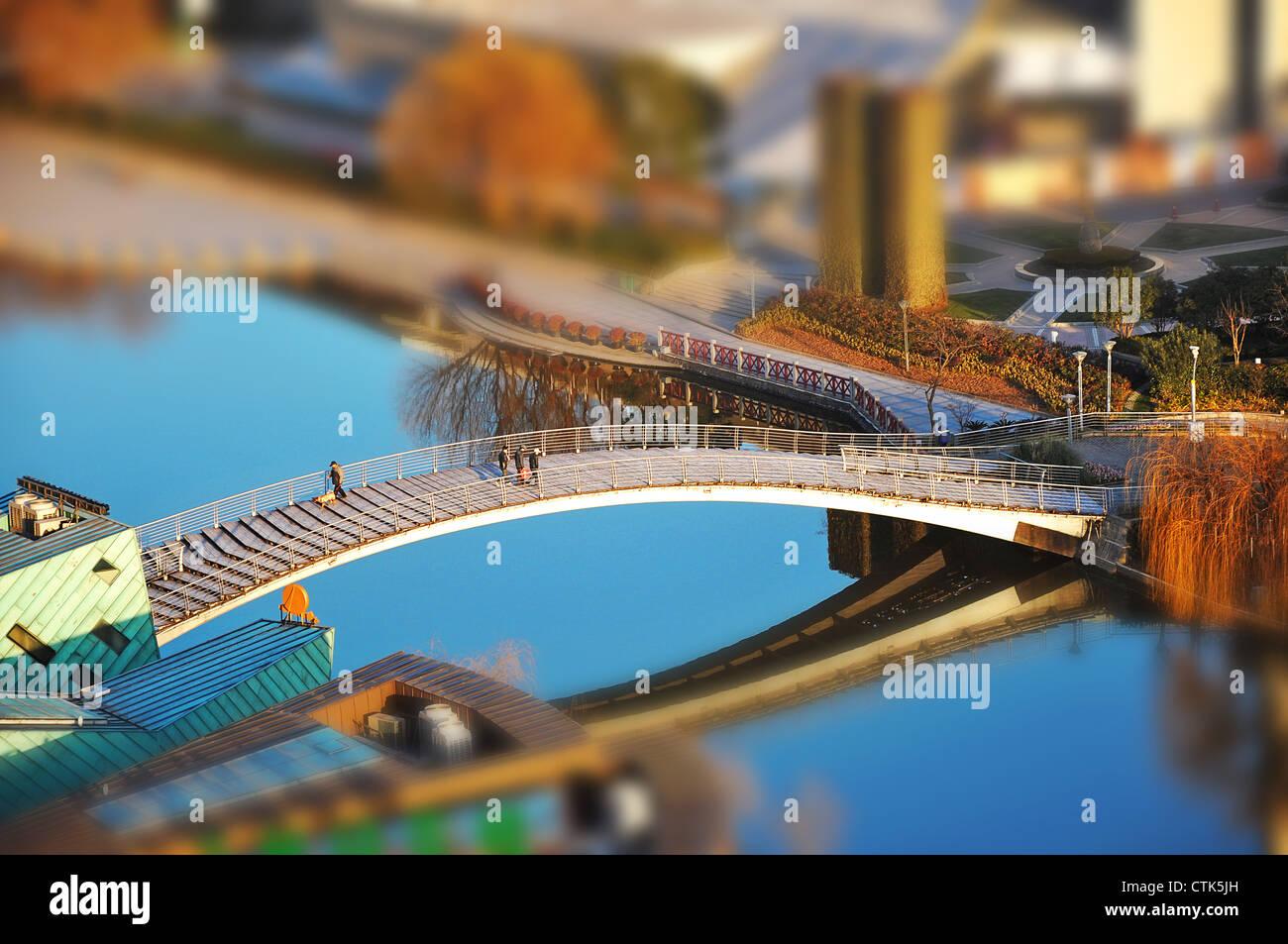 Tilt-shift fotografia del ponte tra Yifei originalità street e le scienze e la tecnologia, il museo di Shanghai Immagini Stock