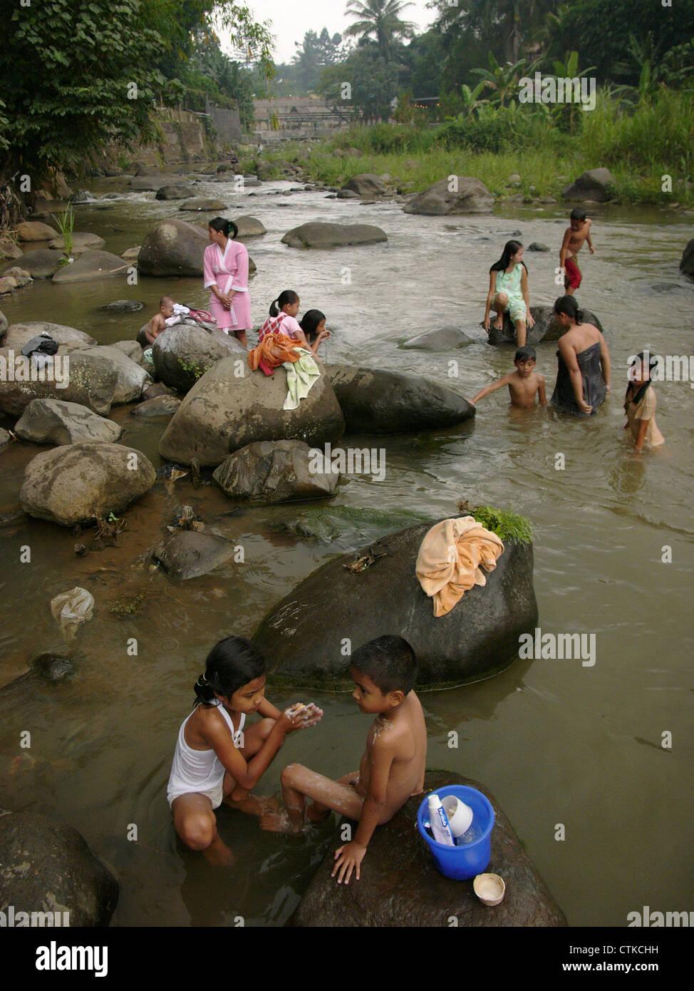 https://c8.alamy.com/compit/ctkchh/le-donne-e-i-bambini-si-bagnano-e-pulire-i-loro-denti-nella-ciliwung-giacarta-piu-fiume-inquinato-ctkchh.jpg