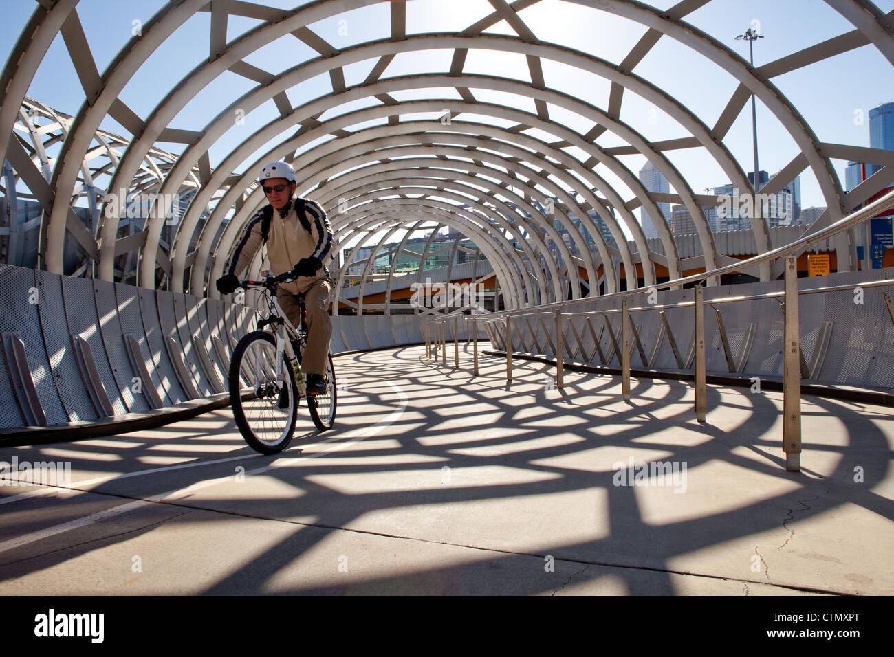 Melbourne webb ponte sul fiume Yarra, Docklands porto di Victoria Australia ciclista percorso ciclabile ride. con Immagini Stock
