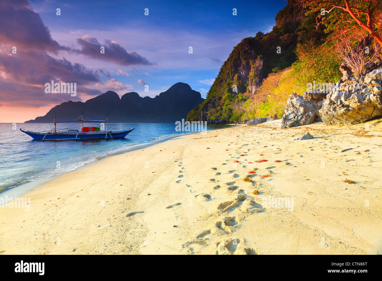 Bellissimo paesaggio marino. Barca in primo piano. Filippine Foto Stock