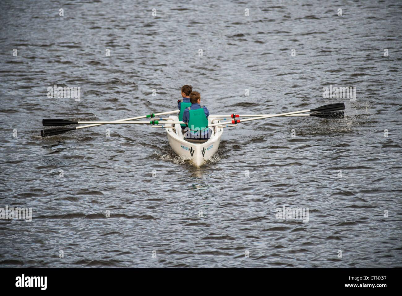 Cadetti del mare in una barca a remi sul fiume Rheidol, Aberystwyth Wales UK Immagini Stock
