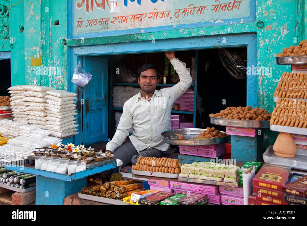 Negoziante di dolciumi in Govardhan, Uttar Pradesh, India Immagini Stock