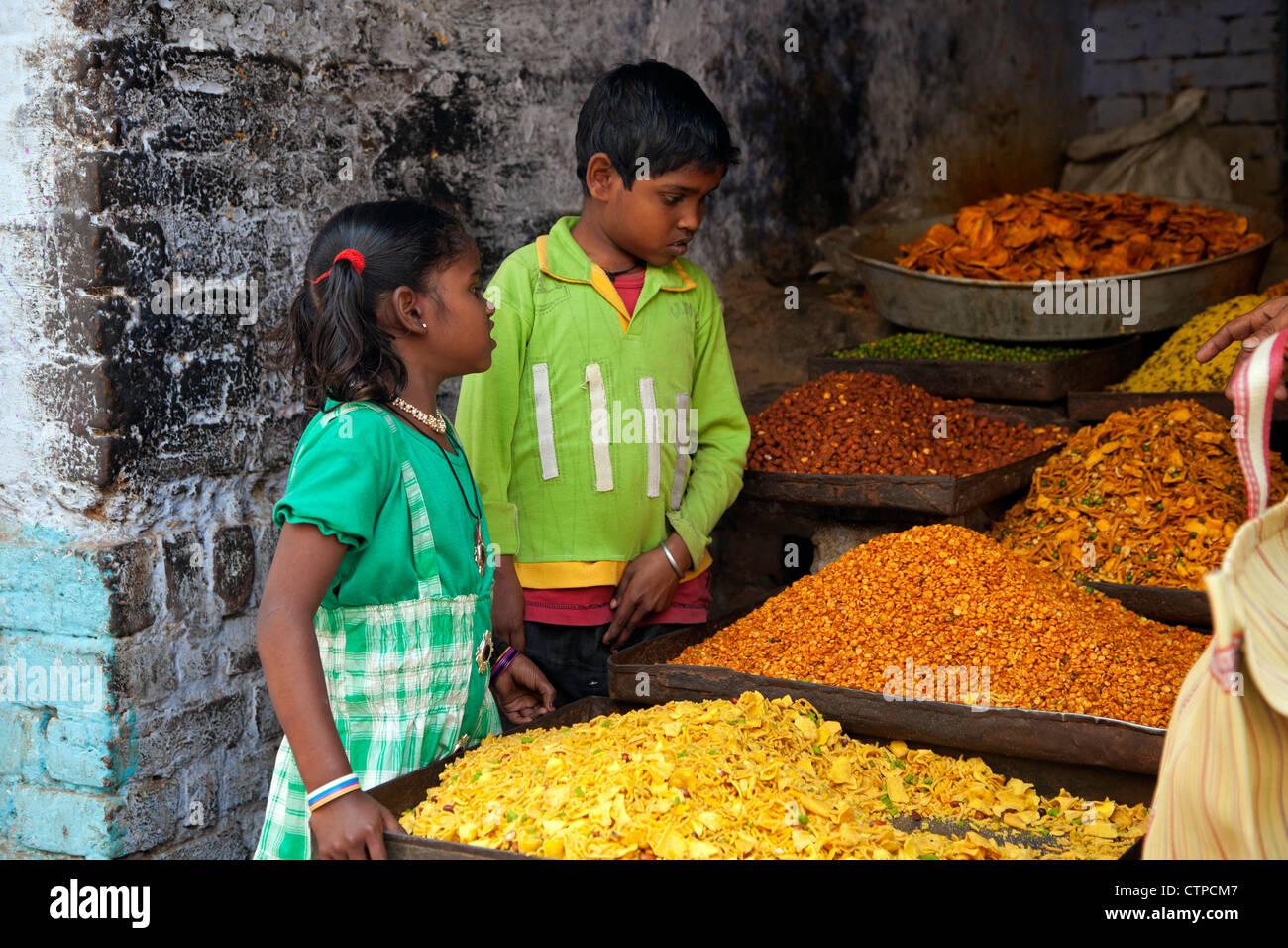 Bambini indiani comprare gli ingredienti alimentari in negozio per cucinare, Agra, Uttar Pradesh, India Immagini Stock