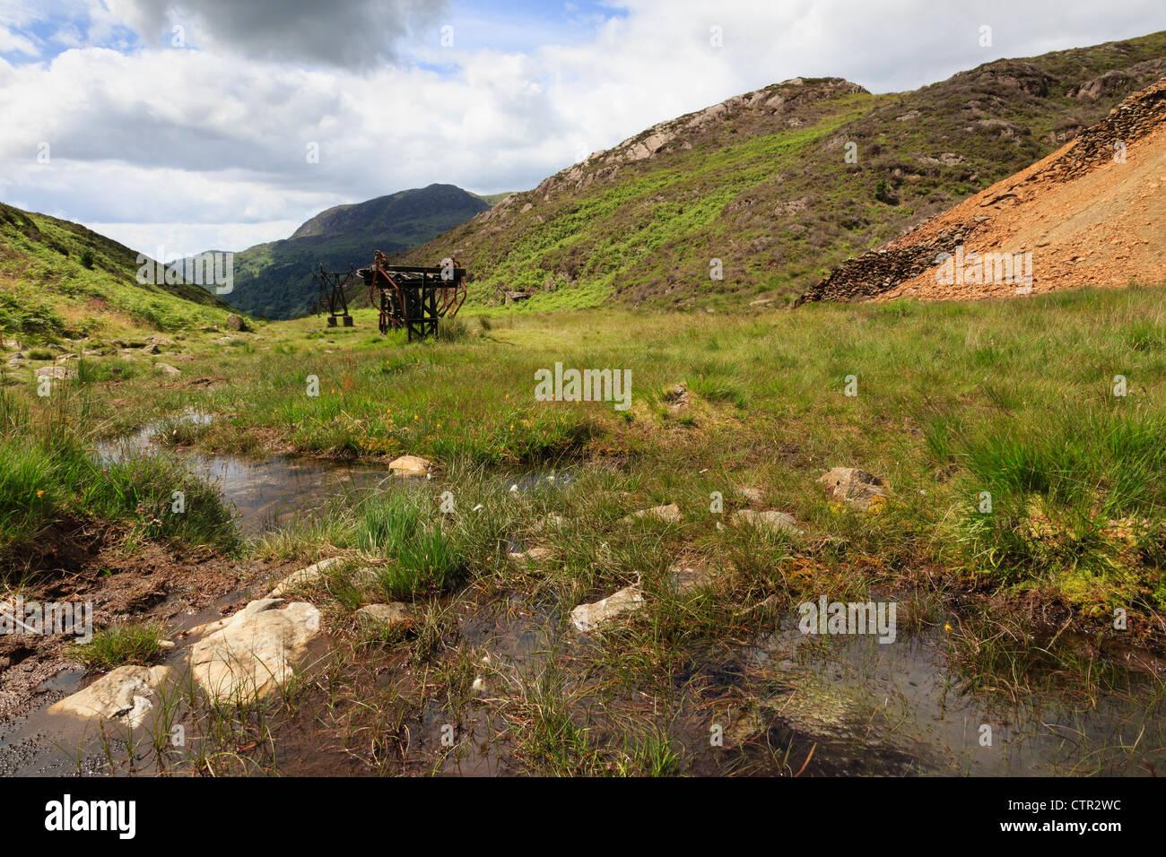Vecchia C19 miniera di rame di lavorazioni e scoria in Cwm Bychan valley nel Parco Nazionale di Snowdonia vicino Immagini Stock