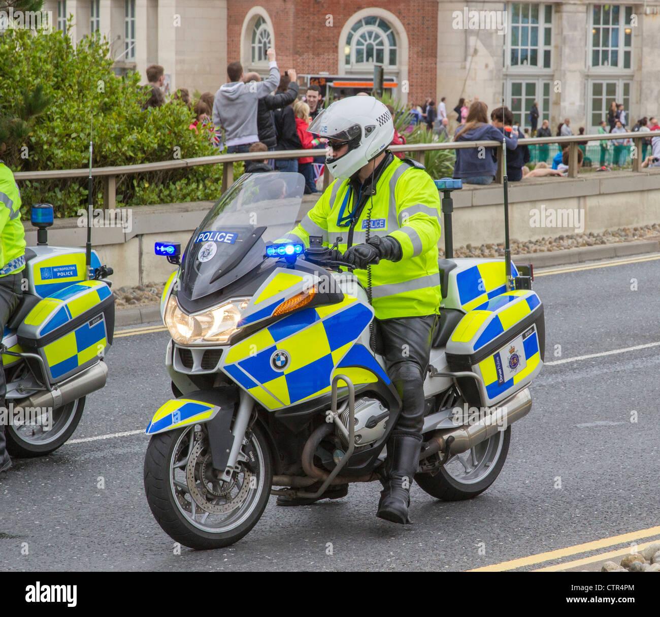 La polizia motociclista a cavallo della sua moto stazionario in carreggiata, Dorset, England, Regno Unito Immagini Stock