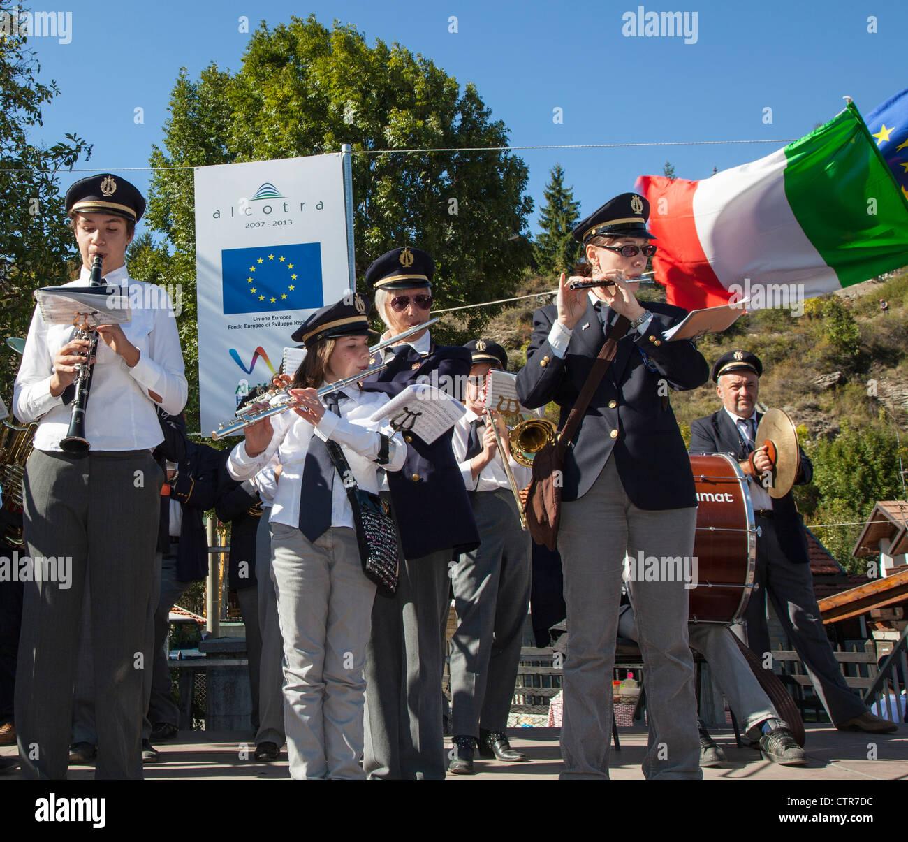 Città italiana band suonare strumenti musicali a un festival a Oulx, Piemonte, Italia Immagini Stock