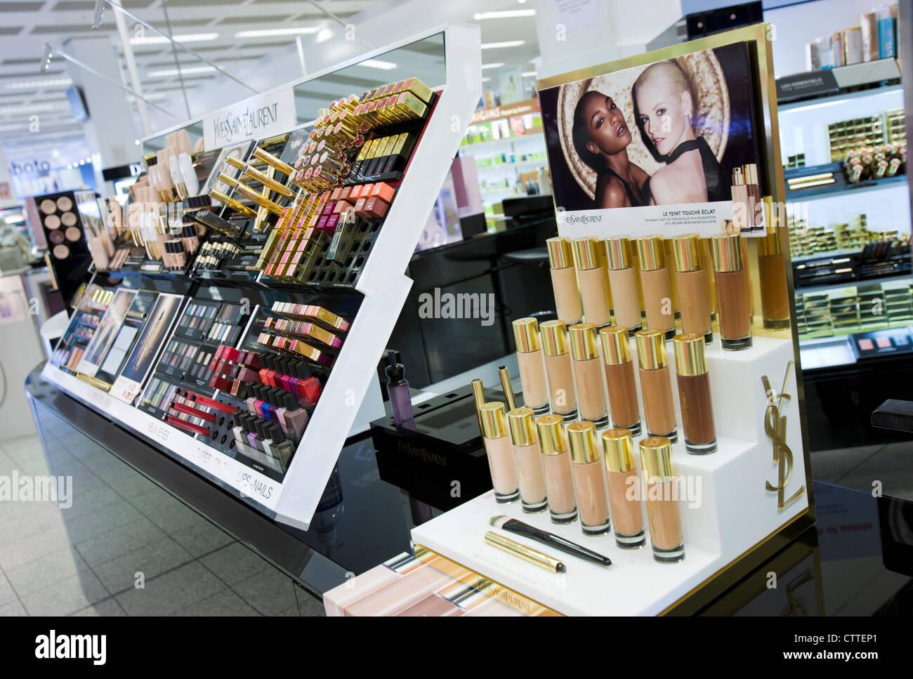 YSL make up contatore in stivali, Bristol. Regno Unito. Foto Stock