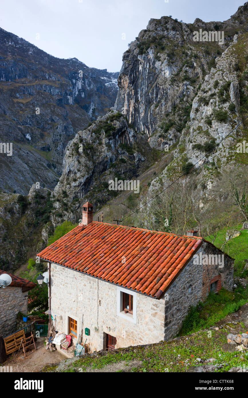 Villaggio Camarmena su uno spallamento della Garganta del Gola di Cares, Parco Nazionale Picos de Europa, Asturias, Immagini Stock