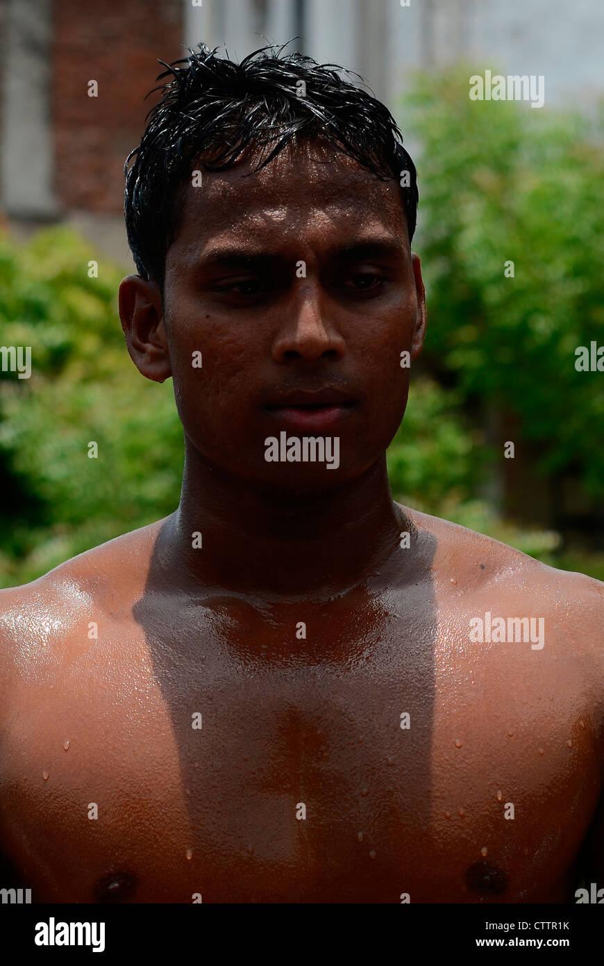Il lottatore che mostra il muscolo del corpo Immagini Stock