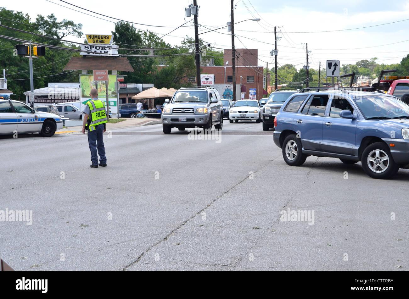 La polizia dirigere traffico dopo un guasto di alimentazione ha messo k.o. il semaforo in corrispondenza di una Immagini Stock