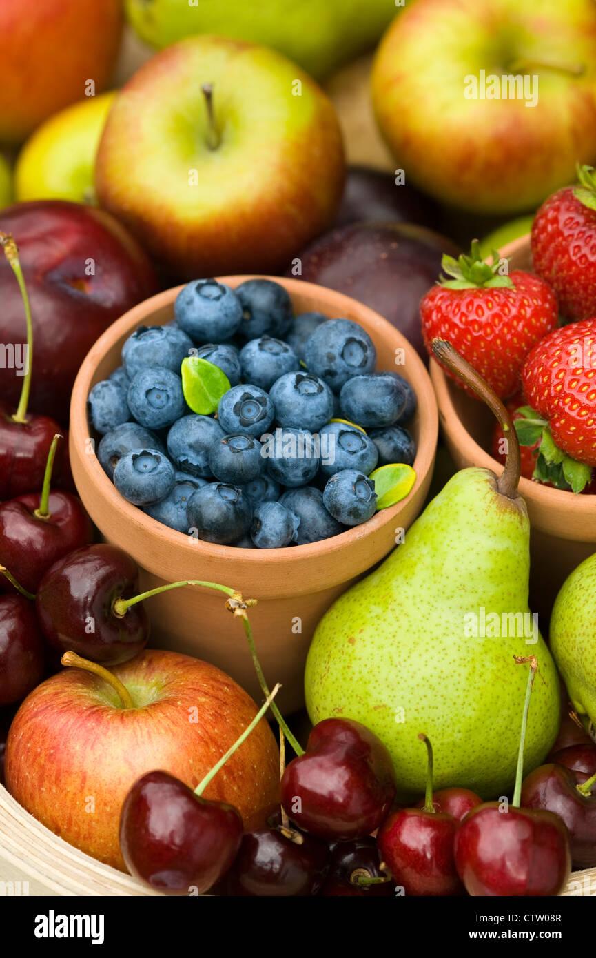 Raccolto di british in estate o in autunno la frutta fresca inclusa: i mirtilli, le fragole, le mele, le ciliegie, Immagini Stock