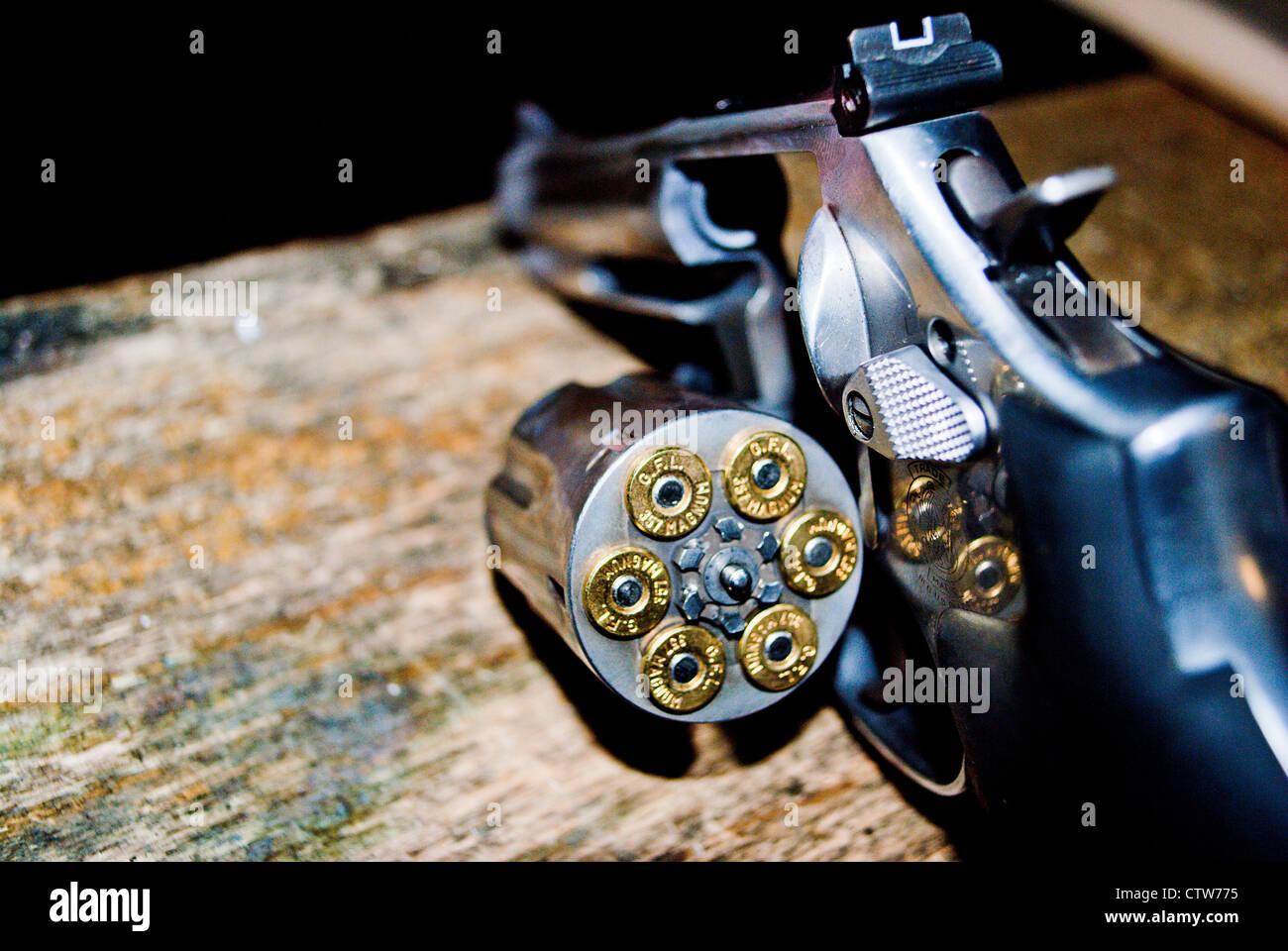 I proiettili di revolver in una camera. Immagini Stock
