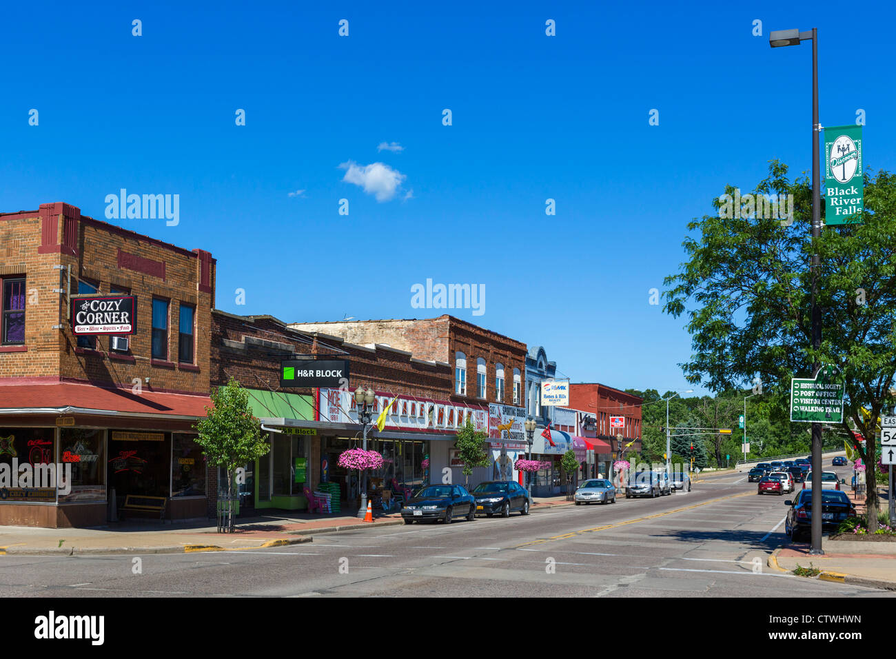 Tradizionale strada principale in una piccola cittadina statunitense, Black River Falls, Wisconsin, STATI UNITI Immagini Stock