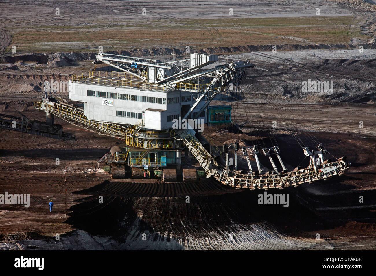 Marrone / carbone lignite estratta da enormi benna-escavatore a ruote in miniera a cielo aperto, Sassonia-Anhalt, Immagini Stock