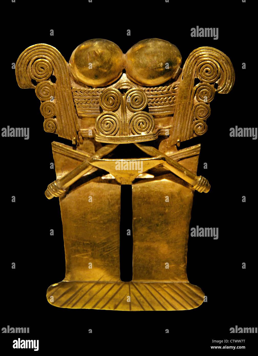 La figura Ciondolo 10th-XVI secolo Colombia Cultura Darien Gold H. 3 1/8 x W. 2 3/8 in. (7,9 x 6,1 cm) colombiano Immagini Stock