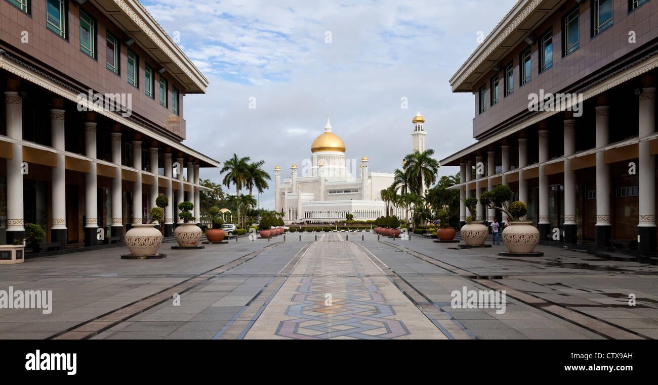 Bandar Seri Begawan centro città con la Moschea di Omar Ali Saifuddien in background. Immagini Stock