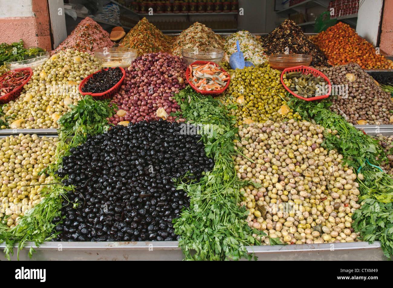 Le olive per la vendita presso la centrale di marche di Casablanca, Marocco Immagini Stock