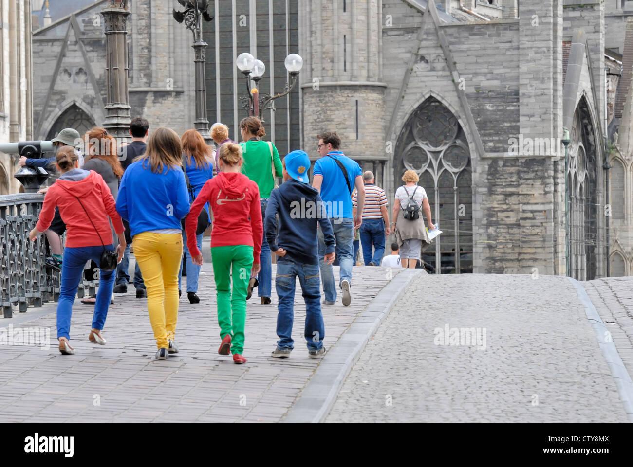 Ghent / Gent, Belgio. Giovani attraversando Sint Michielsbrug / St Michael's Bridge (1913) in colori luminosi Immagini Stock