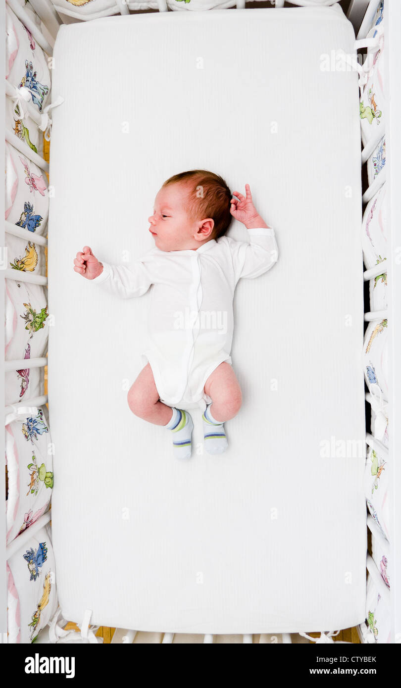 Piccolo neonato Bambino addormentato nel suo letto grande Immagini Stock