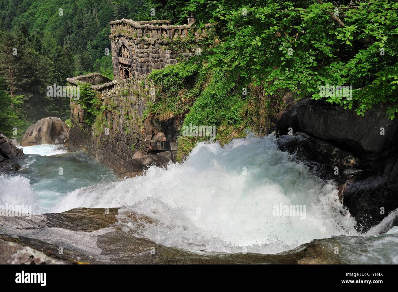Cascata del Gave de Jéret nel Hautes-Pyrénées vicino a Cauterets, Pirenei, Francia Immagini Stock