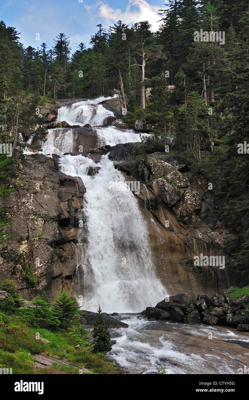 Cascata del Gave de Gaube al Pont d'Espagne nella Hautes-Pyrénées vicino a Cauterets, Pirenei, Francia Immagini Stock
