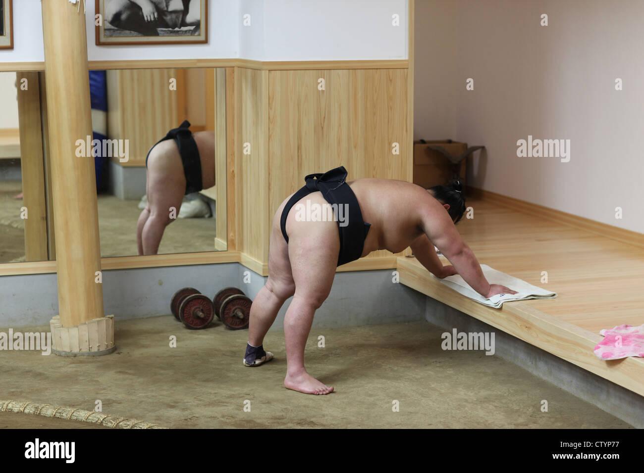 Lottatore di sumo in Giappone ad un corso di formazione Immagini Stock