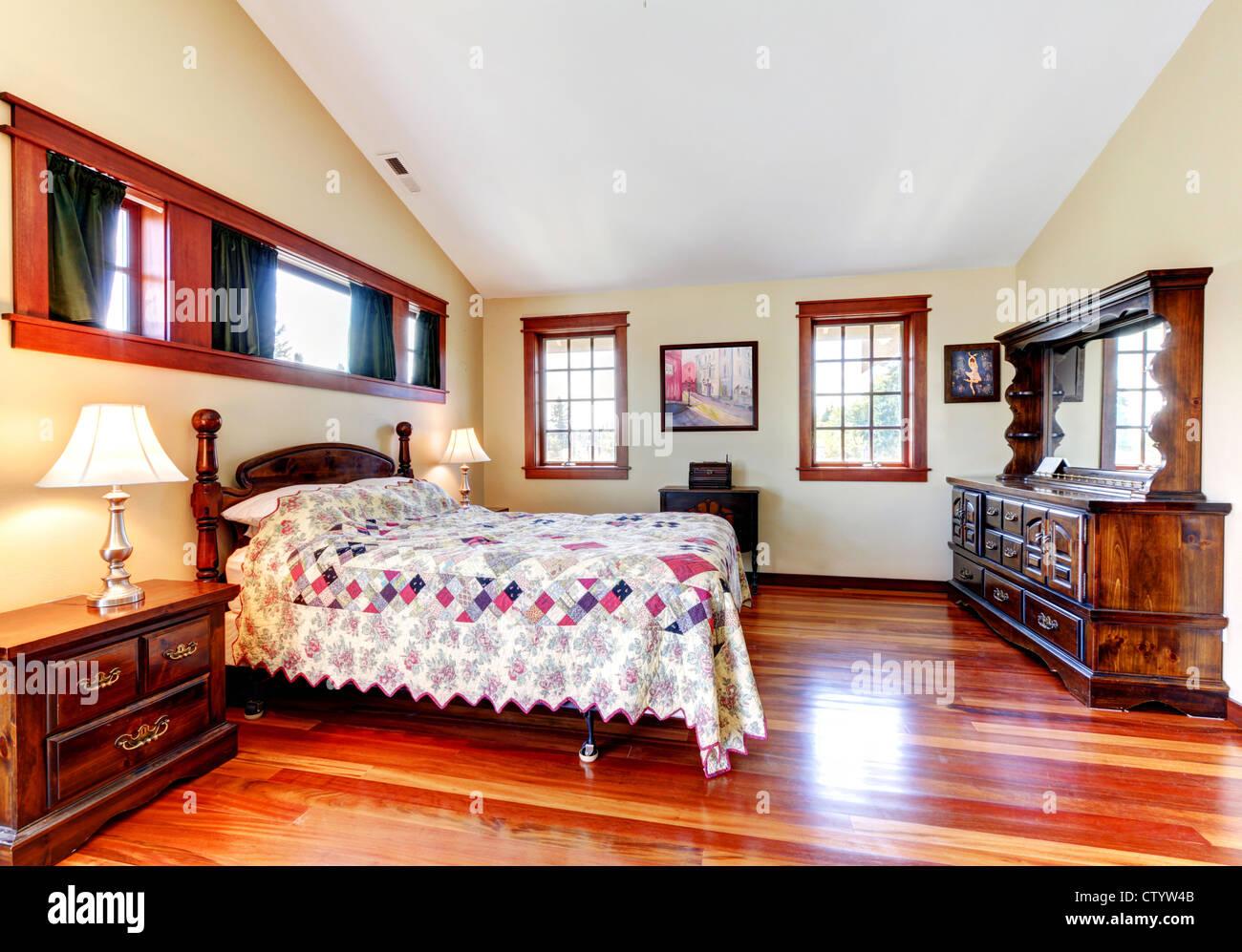 Bella camera da letto interno trapuntato con lenzuola, legno e ...