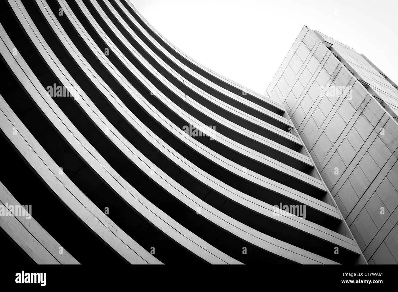 Bianco e nero vecchio edificio a forma di curva Immagini Stock