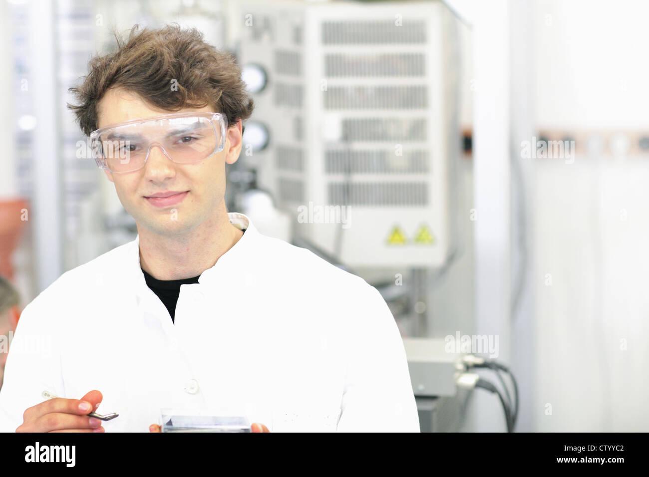 Scienziato che indossa gli occhiali di sicurezza per il laboratorio Immagini Stock