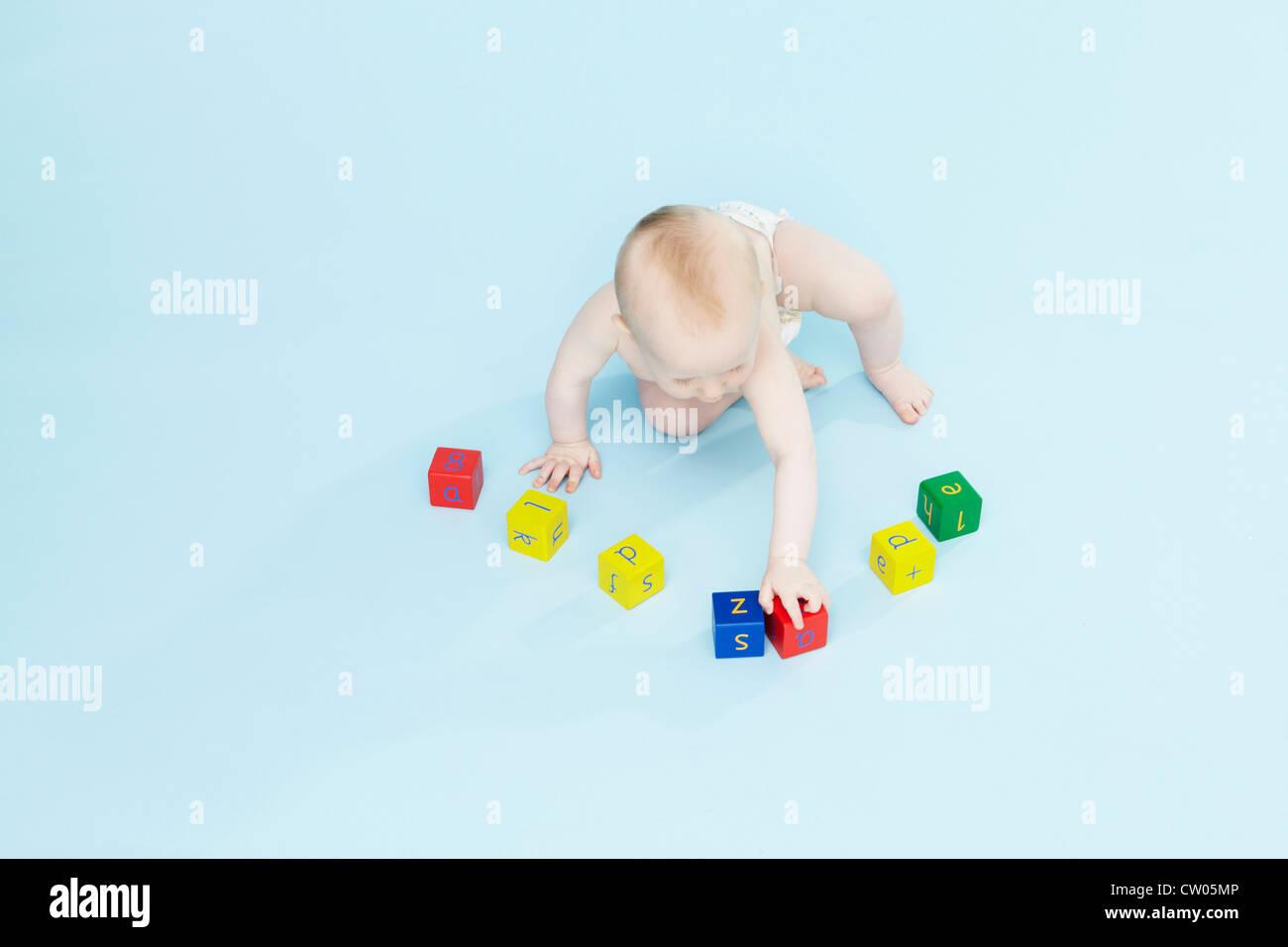 Baby boy giocando con i blocchi colorati Immagini Stock