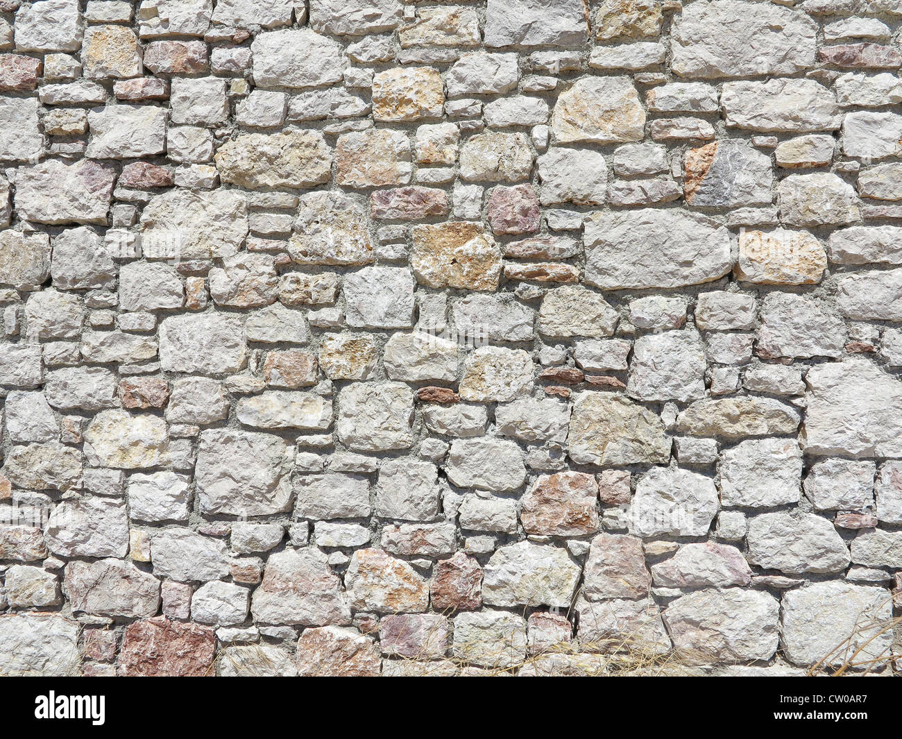 Blocco parete in pietra realizzate dalle dimensioni irregolari di blocchi di pietra Immagini Stock