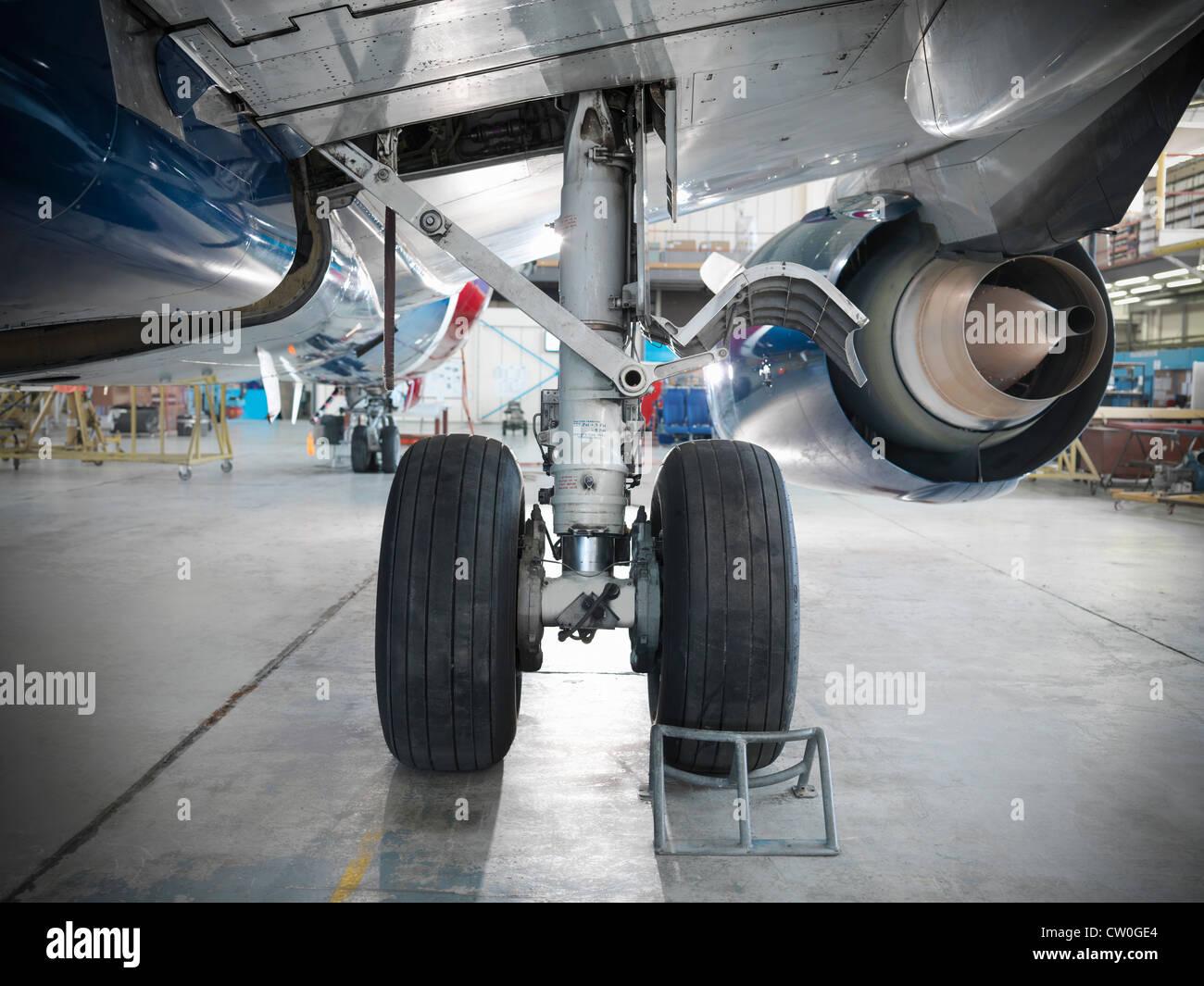 In prossimità delle ruote aereo in hangar Immagini Stock