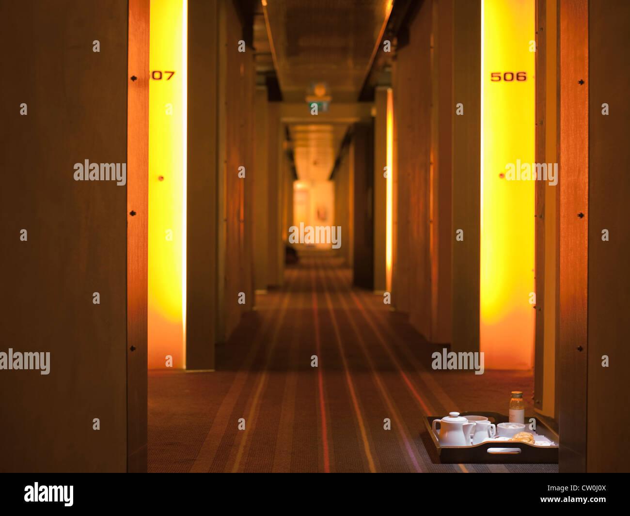 Corridoio con il servizio in camera il vassoio in hotel Immagini Stock