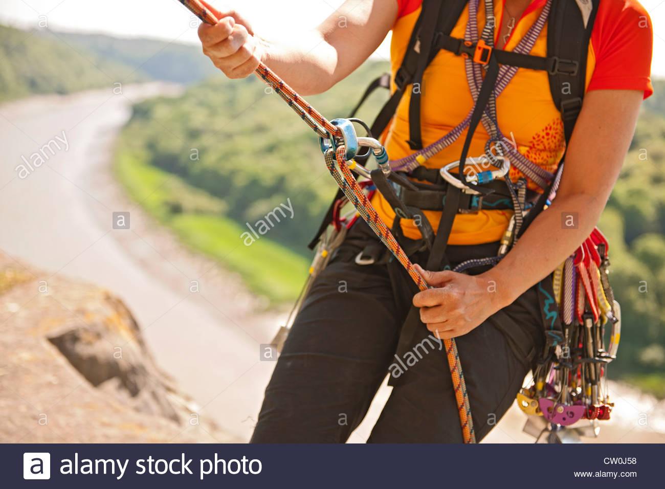 Gli alpinisti i moschettoni e corda elastica Immagini Stock