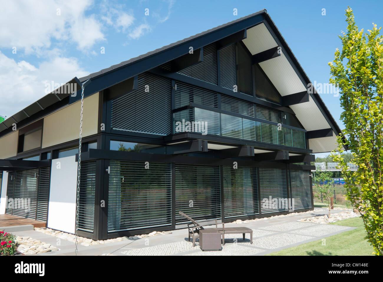Moderno e altamente efficiente dal punto di vista energetico Huf Haus o casa di famiglia in Germania Immagini Stock