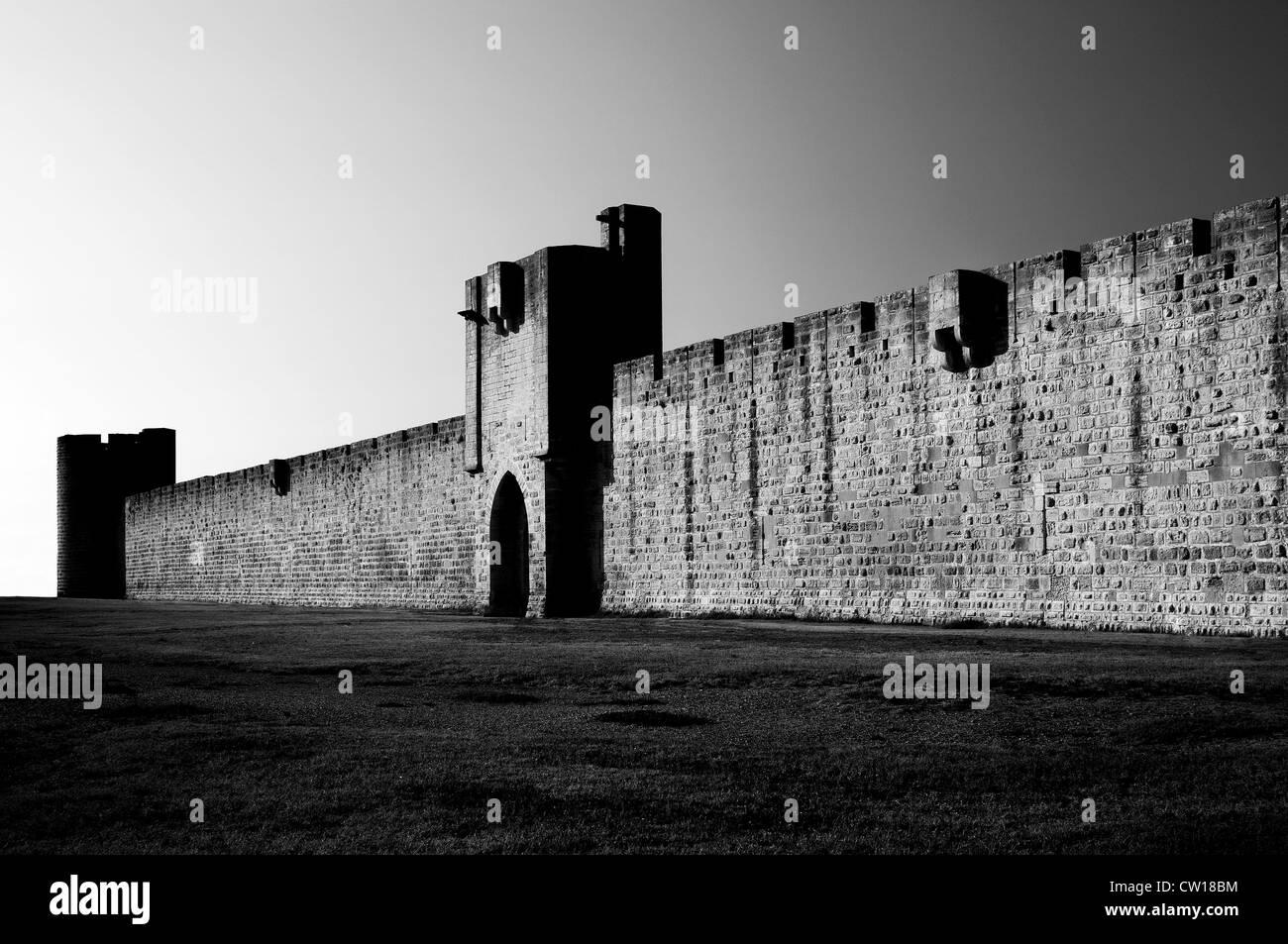 La Francia di Aigues-Mortes. Le mura della città Immagini Stock