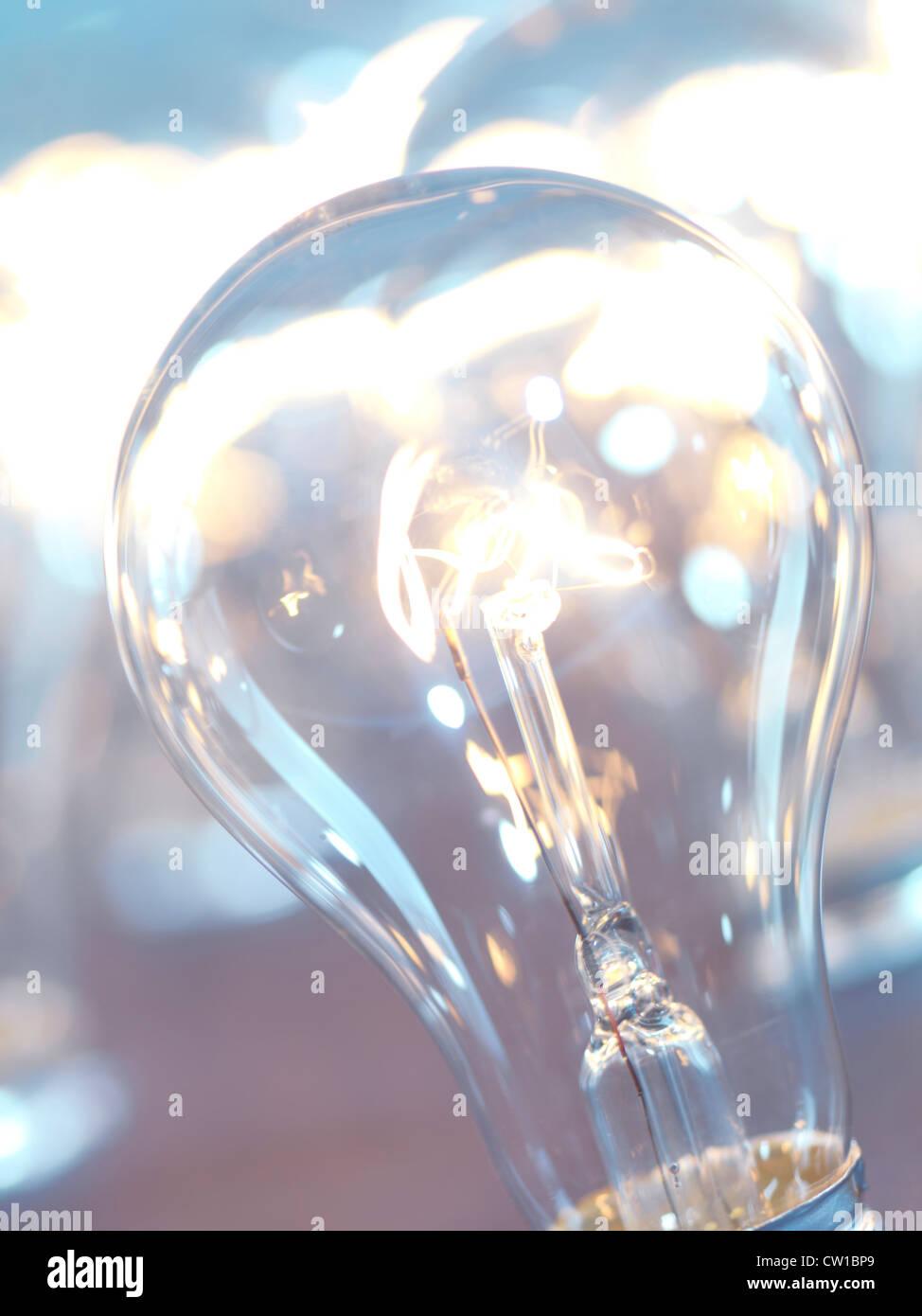 Accesa lampadina incandescente closeup sfondo astratto Immagini Stock