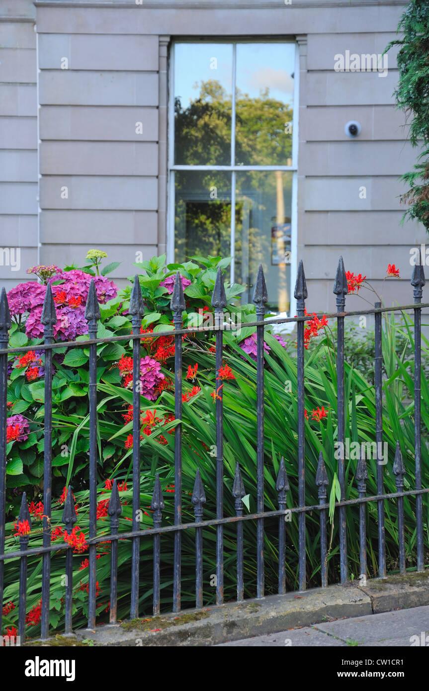 Recinzione Giardino In Ferro tenement giardino fiorito con ferro battuto recinzione in